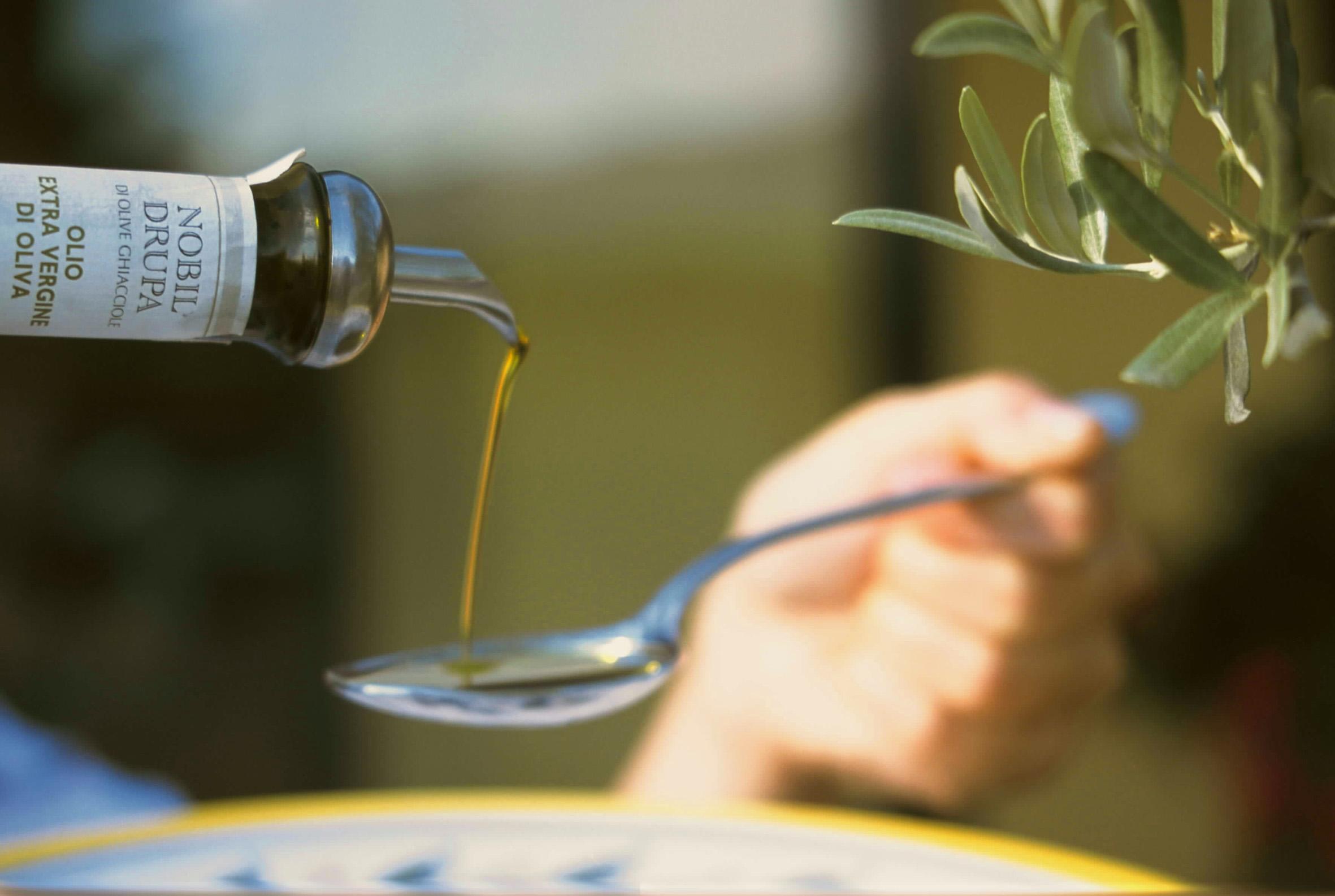 Olio versato cucchiaio Nobil Drupa